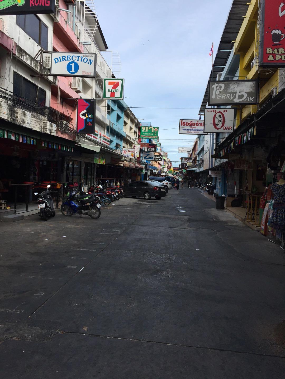 芭提雅红灯区的巷子